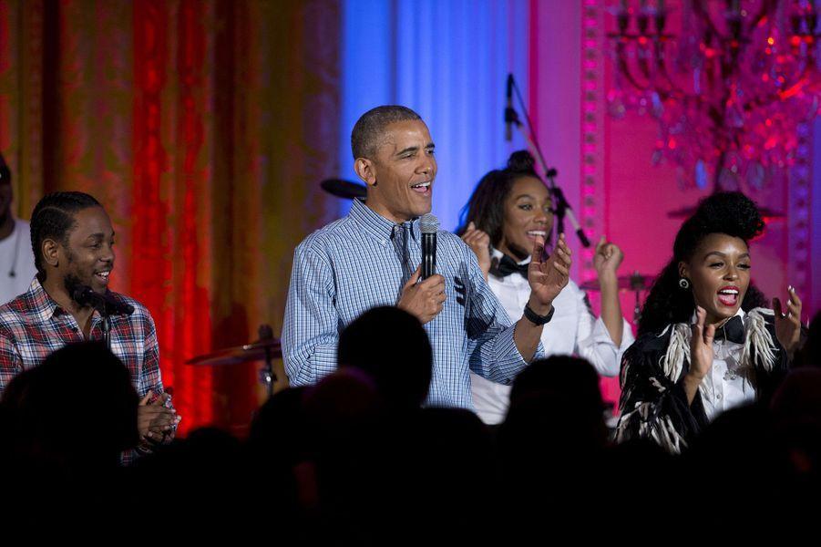 Barack Obama chante pour les 18 ans de sa fille, Malia, le 4 juillet 2016.