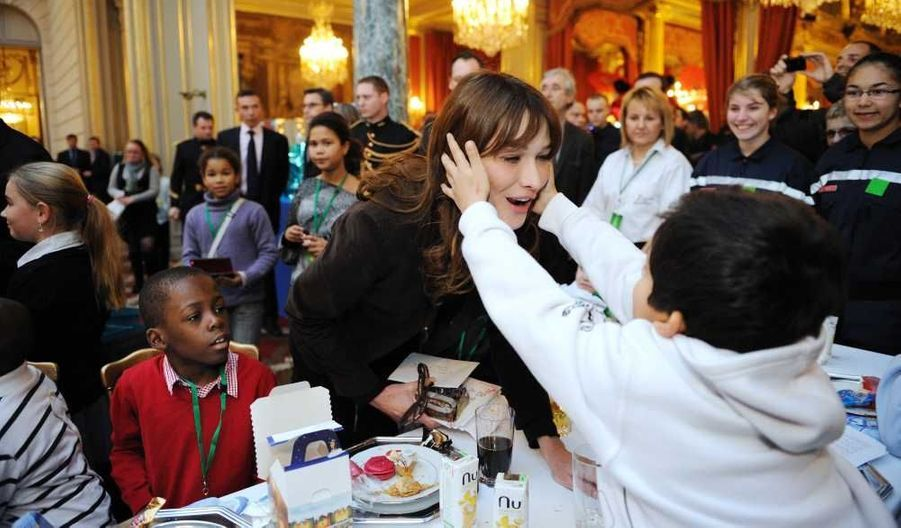 """Et l'ex-mannequin a eu la cote auprès des enfants, comme celui-ci qui n'a pas hésité à lui attraper le visage des deux mains. """"Monsieur le président, maintenant je vais vous chanter la Marseillaise"""", a-t-il lancé ensuite pour la plus grande joie de Nicolas Sarkozy qui l'a chaleureusement félicité."""
