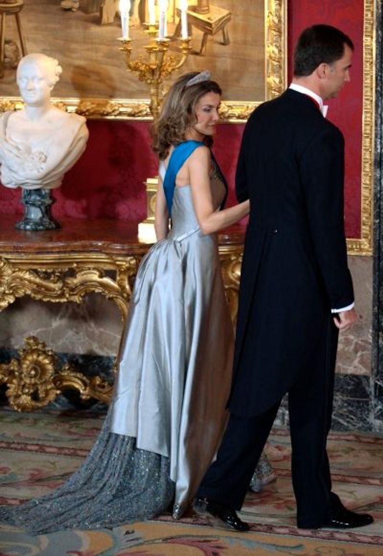 Letizia Ortiz n'était pas en reste toutefois, avec sa robe longue gris perle brodée de perles, et magnifiée par une longue traîne... de princesse !