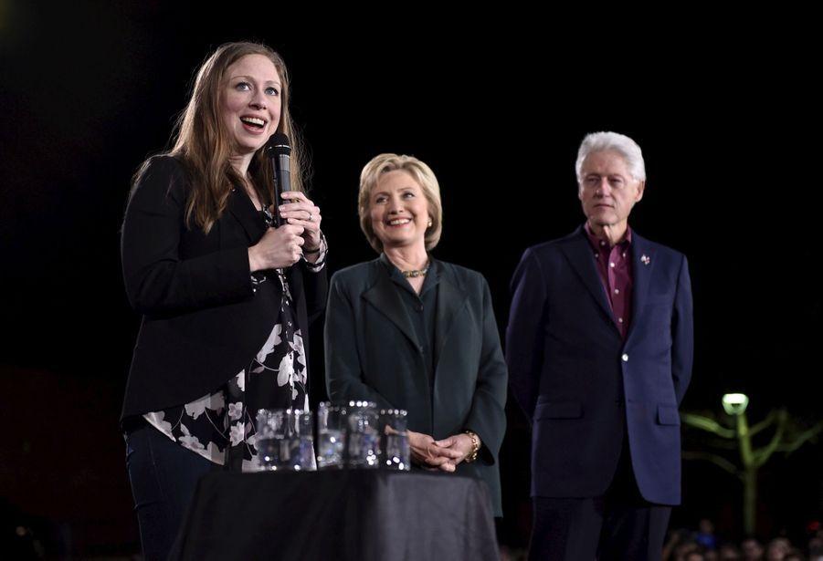 Chelsea Clinton avec ses parents Bill et Hillary Clinton à Las Vegas, le 19 février 2016