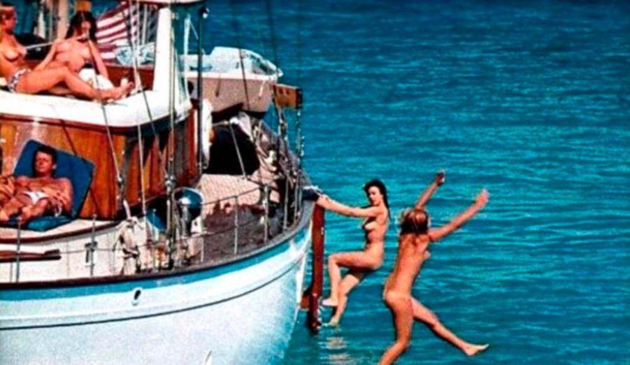 C'est l'affaire people qui secoue l'Internet américain depuis hier. Le site people TMZ a exhumé une photo de l'ancien président américain John Fitzgerald Kennedy accompagné de jeunes filles dénudées. Manque de chance, il s'agissait juste d'une session photo pour le magazine Playboy avec un mannequin lui ressemblant.