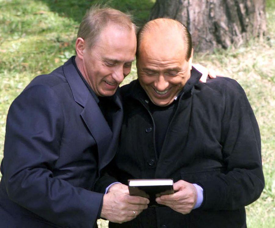 Poutine présentant à son ami un livre imprimé en Russie sur sa vie, dans la station balnéaire de la mer noire, Sotchi