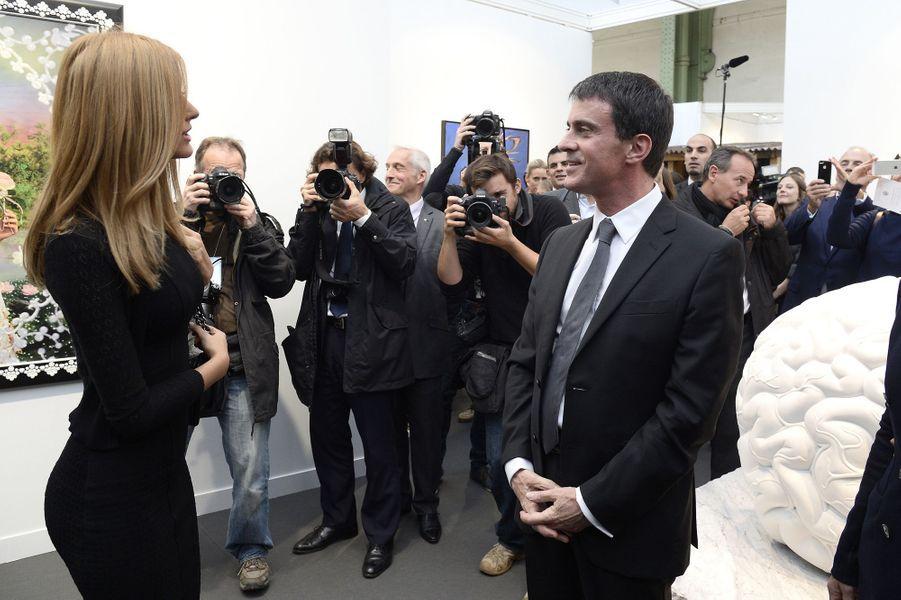 Zahia Dehar et Manuel Valls à la FIAC