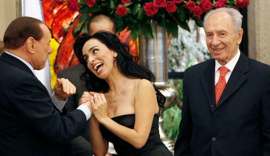Quand ce n'est pas lui qui va vers les belles femmes, ce sont les belles femmes qui viennent à lui ! A Jérusalem pour rencontrer le président israélien Shimon Peres, et prononcer un discours devant la Knesset (le Parlement israélien), Silvio Berlusconi a par ailleurs assisté à la prestation de la chanteuse Rita, en marge du déjeuner, avec qui il a visiblement sympathisé.