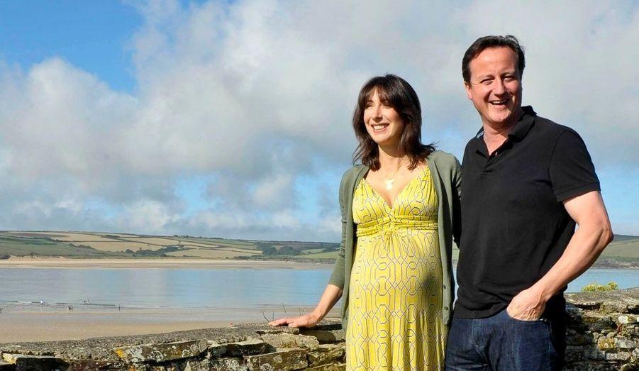 Samantha posait encore enceinte, dimanche dernier, sur la plage de Daymer Beach.
