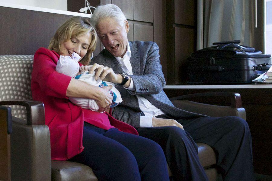 Hillary et Bill Clinton avec leur petite-fille Charlotte, au Lenox Hill Hospital de York, le 27 septembre 2014.