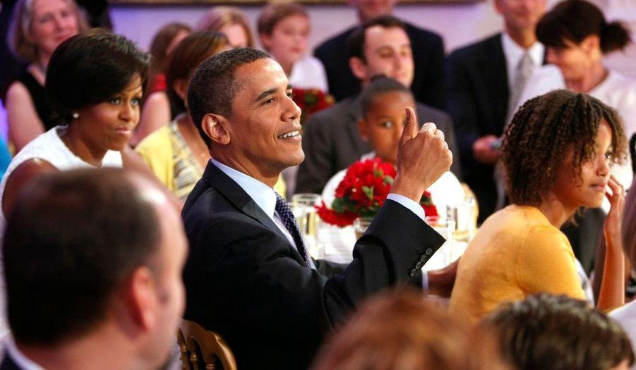 """Barack Obama félicitant l'artiste country Alison Krauss, qui s'est produit dans le cadre des """"Music Series"""" de la Maison Blanche dont l'hôte n'est autre que la Première dame des Etats-Unis. Michelle Obama a lancé cette série de rendez-vous musicaux pour encourager les arts et leur enseignement. Le mois dernier, le jazz était à l'honneur. L'automne sera placé sous le signe de la musique classique."""