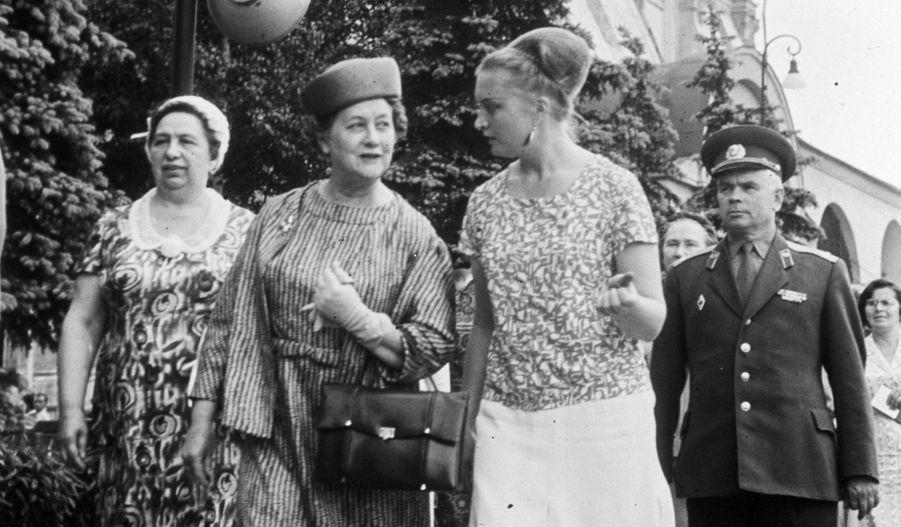 Née le 22 mai 1900 à Calais et morte le 8 novembre 1979 à Paris, Yvonne de Gaulle (2e à gauche, en juin 1966 à Moscou) est l'épouse de Charles de Gaulle, 18e président de la République française du 8 janvier 1959 au 28 avril 1969 –lui-même décédé le 9 novembre 1970. Le couple a eu trois enfants: Philippe de Gaulle, né le 28 décembre 1921, Élisabeth de Gaulle, née le 15 mai 1924 et Anne de Gaulle, née 1er janvier 1928 et morte le 6 février 1948. Elle aussi a créé sa fondation éponyme (en 1945), qui vient en aide aux femmes handicapées mentales sans ressources.