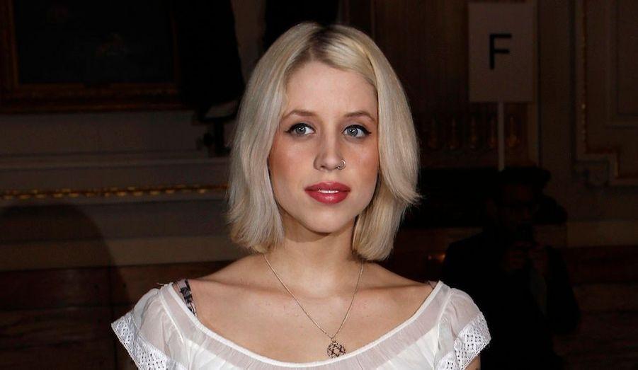 La chanteuse canadienne, connue pour ses chansons controversées, a lancé une pétition avec d'autres musiciens sur Change.org pour demander que les poursuites judiciaires soient abandonnées et les Pussy Riots libérées. Toutes les personnalités qui suivent l'ont signée.