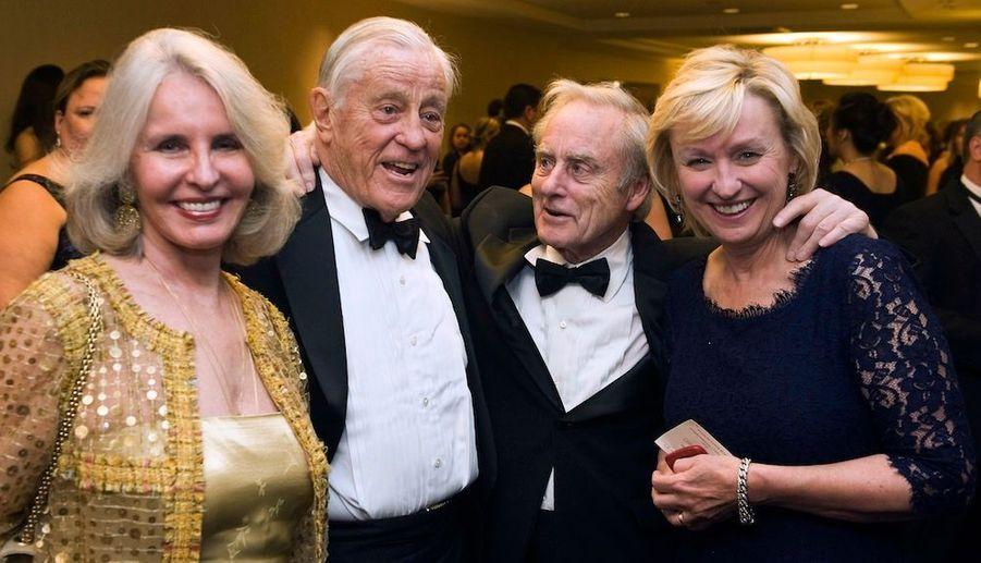 De gauche à droite: L'écricain Sally Quinn, son mari, l'ancien rédacteur en chef du Washington Post Ben Bradlee, l'ancien rédacteur en chef du Sunday Times Harold Evans et sa femme, la rédactrice en chef du Daily Beast et de Newsweek,Tina Brown