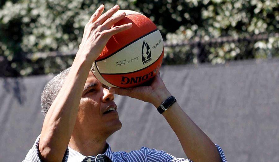 Ce n'était pas son jour. Le président a ensuite dû s'y reprendre à 22 fois pour rentrer un ballon dans le panier.