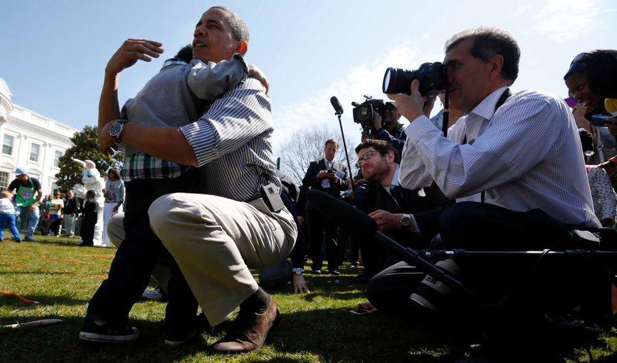 """Barack Obama a réconforté un enfant en larmes parce qu'il avait perdu la chasse aux oeufs. Il s'est accroupi et, à sa hauteur, lui a glissé un """"ne t'en fais pas petit""""."""