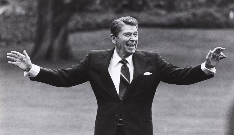 Il est sans doute l'exemple le plus fameux d'un acteur qui réussit en politique. Après une carrière de comédien dans les années 1950, Ronald Reagan a pris la succession de Jimmy Carter à la Maison-blanche après l'élection de 1980. Il a été réélu en 1984 et a marqué l'histoire américaine par son approche très libérale de l'économie, qui lui vaut d'être révéré par tous les républicains encore aujourd'hui.