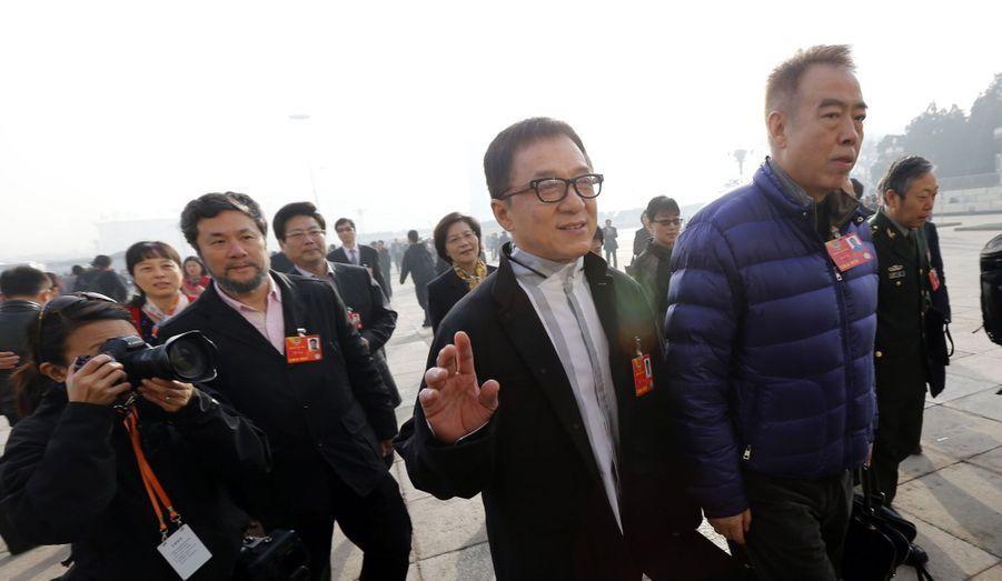 La star des films d'arts martiaux fait régulièrement scandale en défendant le régime chinois. Le 18 Avril 2009, il a ainsi expliqué que son peuple ne devait pas être trop libre. «Quand vous êtes trop libres, vous êtes comme Hong Kong est actuellement: chaotique. Tout comme Taïwan. [...] Je pense de plus que les chinois doivent être contrôlés. Si on ne nous contrôle pas, on fait un peu ce qu'on veut». Trois ans plus tard, il a réitéré en affirmant que Hong Kong était une «ville de protestation» et qu'il fallait restreindre le droit de manifester. Des propos qui ont visiblement plu au parti communiste chinois. En février dernier, l'acteur est devenu membre de la Conférence consultative politique du peuple chinois (CCPPC). S'il n'a que peu de pouvoir, cet organe politique permet notamment à chaque membre d'avoir des relations étroites avec les réseaux les plus importants du pays.