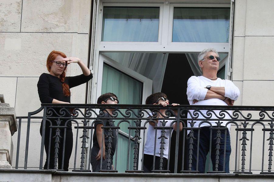 Eddy et Nelson, les jumeaux de Céline Dion, regardent les préparatifs du 14 juillet du balcon du Royal Monceau, le 11 juillet 2017.