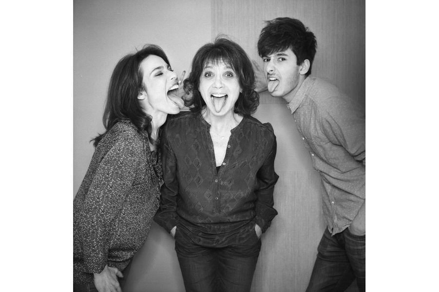 Marie Fugain, Stéphanie Fugain et Alexis Fugain tirent la langue à la photographe Manuelle Toussaint