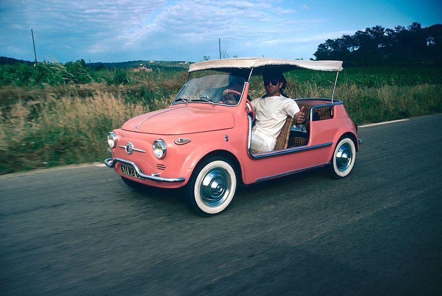 Charles Aznavour sur la route de Saint-Tropez dans une décapotable.