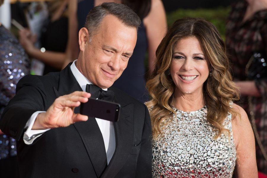 En 1988, Tom Hanks a épousé l'actrice Rita Wilson. Ensemble, ils ont deux garçons, Chester (né en 1990) et Truman (né en 1995). Récemment, Rita Wilson s'est confiée sur son nouveau combat. Atteinte d'un cancer, la comédienne a affirmé que la maladie l'avait rapprochée de son époux. «Qui aurait cru que ça nous rapprocherait ? J'ai été tellement touchée, surprise par l'attention qu'il m'a portée.»