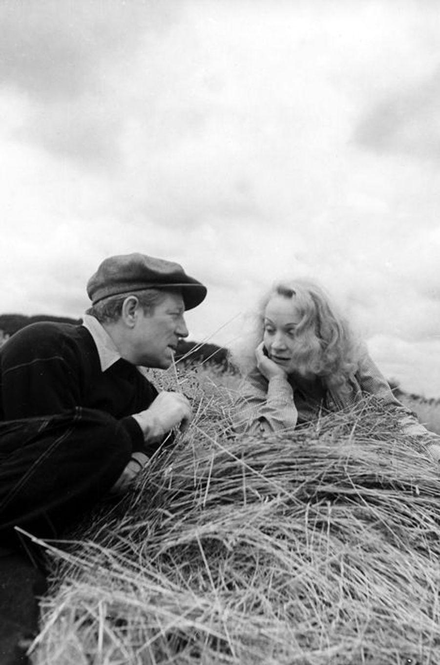 Une histoire d'amour digne d'un roman : alors qu'il fuit un Paris occupé pendant la Seconde Guerre mondiale, Gabin se retrouve à Hollywood en 1941 et rencontre Marlène Dietrich à l'occasion d'un dîner. Elle tombe amoureuse et décide de le suivre lorsqu'il s'engage dans les Forces Françaises Libres deux ans plus tard en chantant pour divertir les soldats. Une fois la guerre finie, l'acteur décide de rompre, laissant un Ange Bleu le cœur brisé.