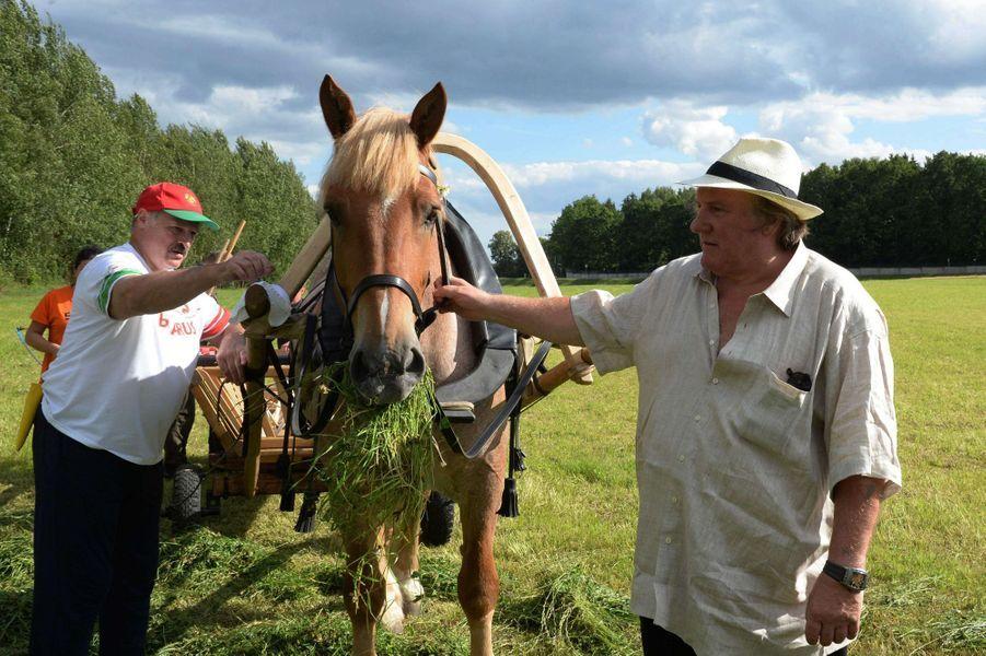 Gérard Depardieu apprend à guider un cheval sous le regard d'Alexandre Loukachenko, actuel président de la Biélorussie.