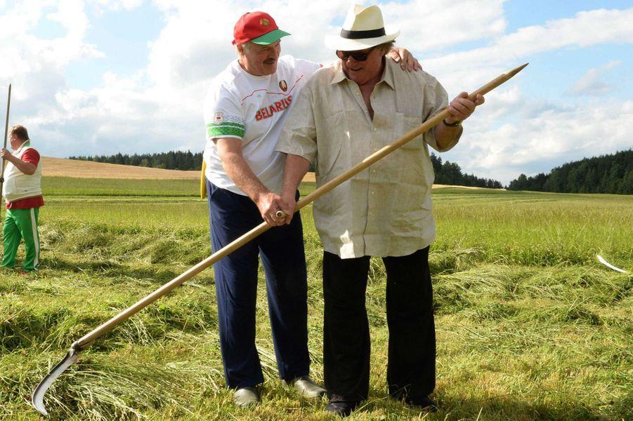Gérard Depardieu apprend à utiliser une faux sous le regard d'Alexandre Loukachenko, actuel président de la Biélorussie.