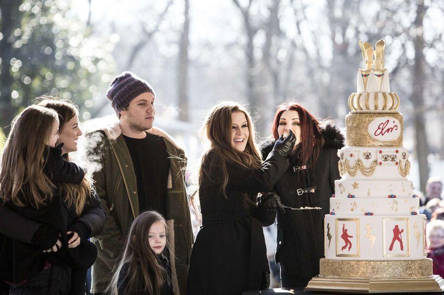 Lors des 80 ans d'Elvis le 8 janvier dernier, le clan Presley s'est retrouvé au grand complet à Graceland. Priscilla Presley, aujourd'hui grand-mère de quatre petits-enfants, était entourée de sa fille Lisa Marie, sa petite-fille Riley (25 ans), son petit-fils Benjamin (22 ans) ainsi que les jumelles Harper et Finley (6 ans).