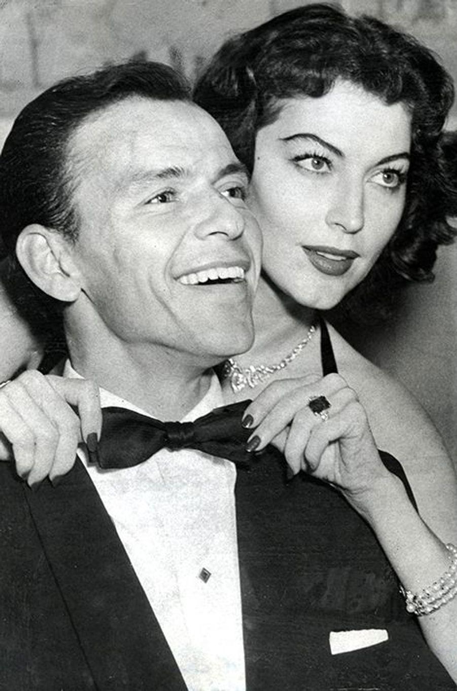 Lorsque Ava Gardner rencontre Frank Sinatra, celui-ci est déjà marié à Nancy. Amants officieux pendant de longues années, l'actrice américaine et le crooner de légende entretiennent une relation ponctuée de violentes crises de jalousie et de réconciliations. Mariée à Frank Sinatra en 1951, Ava Gardner a notamment subi deux avortements au cours de l'année 1953, lors du tournage du film «Mogambo». Dans ses mémoires publiés en 1990, la comédienne avait relaté ces tristes épreuves en détails, affirmant que son époux n'avait été informé que de la seconde interruption de grossesse. «J'avais des principes très stricts sur le fait de mettre un enfant au monde. Je pensais que si l'on n'était pas décidée à lui consacrer l'essentiel de son temps pendant les années de la petite enfance, c'était injuste pour le bébé.Sans parler de toutes les sanctions prévues par la MGM pour les stars qui faisaient des bébés. Si j'avais un enfant, mon salaire serait amputé. Alors comment est-ce que je gagnerais ma vie? Frank était complètement fauché et cela risquerait bien de durer encore un certain temps (...) Il rentrait à la maison sur les coups de quatre heures du matin, après un concert ou une soirée dans un night-club. Moi je devais quitter la maison à six heures trente du matin, quand ce n'était pas plus tôt, pour être à l'heure au studio. Pas vraiment ce qu'on appelle une vie de famille.»