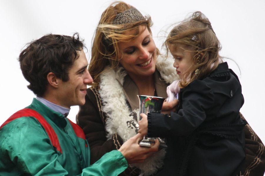 Elue en 1998, la jolie blonde a épousé le jockey en 2006. Depuis, le couple a eu deux enfants Charlie née 8 septembre 2005 et Mika, né le 5 novembre 2008.