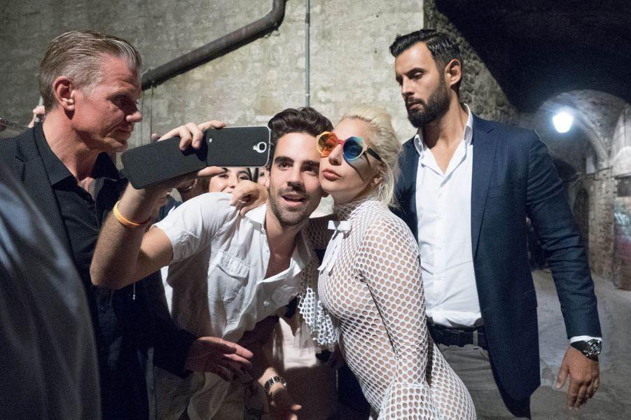 Lady Gaga et l'un de ses gardes du corps en Italie, au mois de juillet.