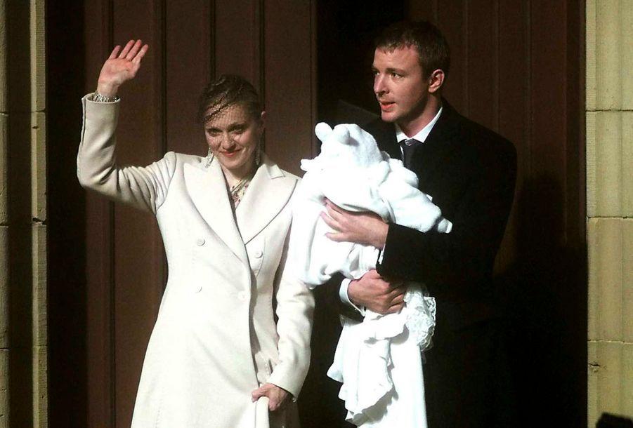 A 41 ans, et encore en couple avec Guy Richie, Madonna accouche de son fils Rocco.