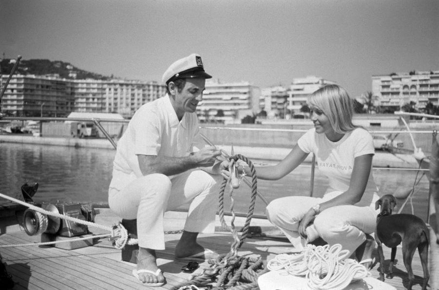 """Normalement, Saint-Tropez ne rime pas avec vacances pour le chanteur. Lorsque Charles Aznavour passe quelques jours dans sa maison du Sud, c'est bien souvent pour composer de nouveaux titres sur son piano qu'il quitte rarement. Mais cet été 1966, il vient de demander en mariage celle pour laquelle il n'écrira jamais de chanson. Car """"cet amour-là ne se raconte pas"""", dit-il. La jeune Suédoise """"comble toutes ses failles et tous ses souhaits"""".Découvrezla grande galerie photo de Paris Matchavec un nouveau rendez-vous consacré aux femmes et aux hommes qui ont fait l'histoire de votre journal, Six photos de légende. Troisième rendez-vous avec Saint Tropez, le rendez-vous des stars éternelles."""