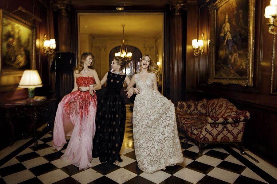 "De g. à dr.: la princesse Lavinia Boncompagni Ludovisi en Giambattista Valli Haute Couture, Lea Gritti en Azzedine Alaïa et la princesse Larissa Windisch Graetz en Valentino Haute Couture. Toutes portent des bijoux Bucherer.<br><iframe width=""560"" height=""315"" src=""//www.youtube.com/embed/xyTKD43G6AM"" frameborder=""0"" allowfullscreen></iframe><br>"
