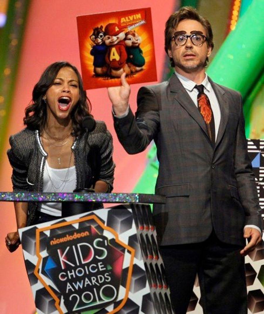 """Zoe Saldana qui cartonne dans """"Avatar"""" et Robert Downey Jr. que l'on attend dans la suite des aventures de """"Iron Man"""" ont remis le prix du meilleur film à """"Alvin et les Chipmunks 2"""""""