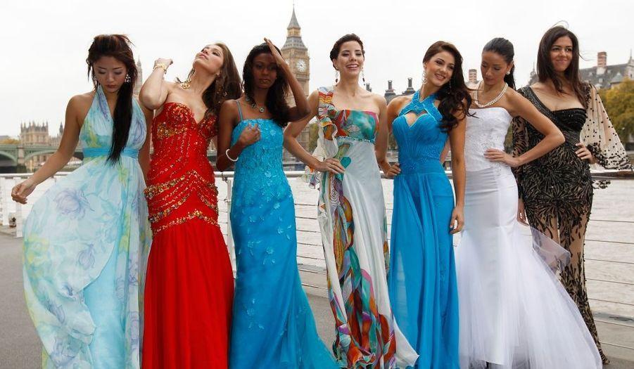 De gauche à droite, Miss Singapour May Hsu, Miss Pérou Odilia Pineda, Miss Mauritanie Marie Nagapen, Miss Panama Irene Nunez, Miss Paraguay Nicole Vera, Miss Lettonie Alisa Miskovska, et Miss Egypte Donia Solima.