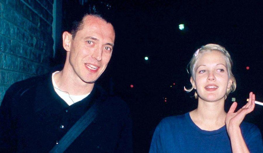 """En 1999, six semaines après le début de leur relation, Jeremy Thomas a demandé la main de Drew Barrymore, dans une allée de Los Angeles, à 2 heures du matin. A 19 ans, la jeune actrice a dit """"oui"""", mais le mariage n'a duré que 29 petits jours."""