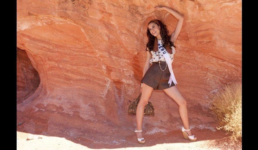 """Miss Pérou 2010 Giuliana Zevallos pose dans le Parc d'État de Valley of Fire (""""Vallée de Feu""""), toujours dans le Nevada."""