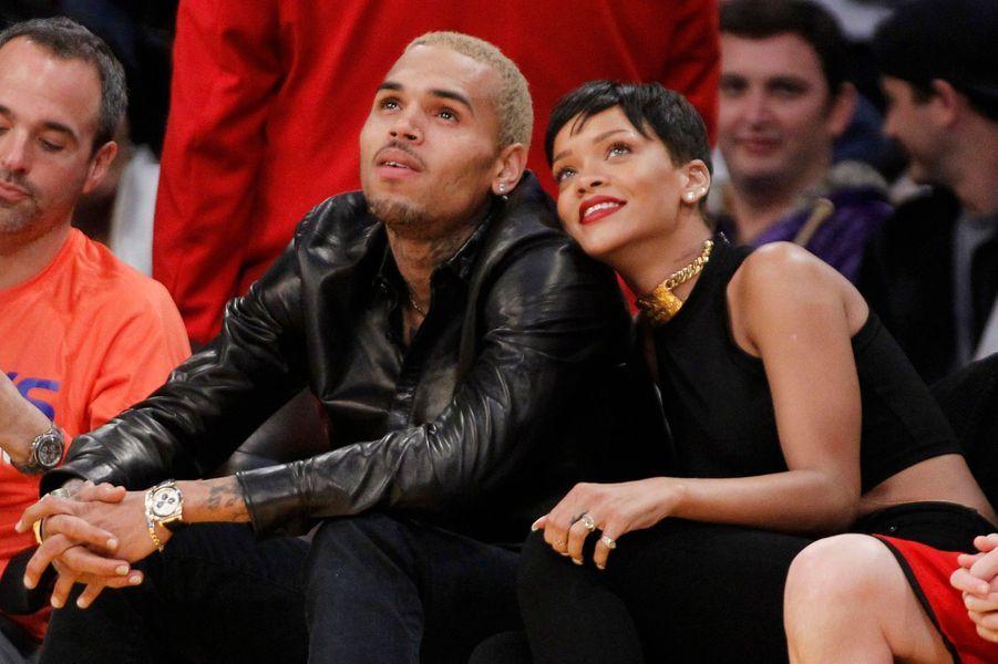 Il l'avait tabassée en 2009, mais elle n'a pas voulu couper les ponts avec lui. Chris Brown et Rihanna entretiennent une relation sulfureuse, sans se soucier des critiques.