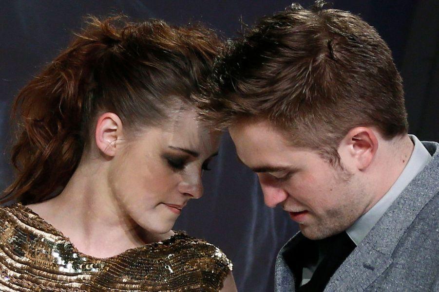 Ils s'aiment, ils se quittent, se retrouvent, s'égarent à nouveau: pas encore tout à fait des couples de légende, ces amoureux aux destinées chaotiques font la Une des gazettes. A l'image, Kristen Stewart et Robert Pattinson, amants à l'écran dans la saga «Twilight», séparés après l'aventure de la brune avec le réalisateur de «Blanche-Neige et le Chasseur». Réunis juste à temps pour la promotion de l'ultime épisode de la grande geste vampirique, ils se sont de nouveau séparés récemment.