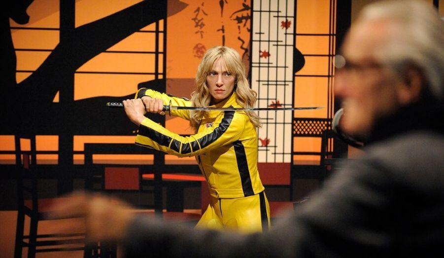 """C'est dans sa tenue culte du film """"Kill Bill"""" qu'Uma Thurman entre chez Madame Tussaud's, à Hollywood en 2009."""
