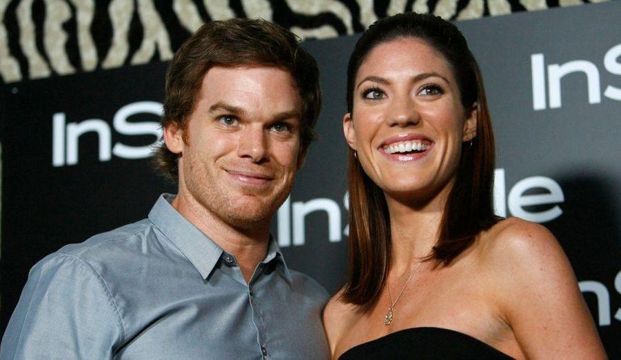 """C'est dans la plus stricte intimité que le couple s'est marié le 31 décembre 2008. Atteint d'un cancer, l'acteur de Dexter a déclaré que sans son épouse, il n'aurait pu surmonter la maladie. Le 13 décembre 2010, ils ont demandé le divorce après avoir été séparées """"pour un certain temps"""". Ils ont annoncé via leurs agents: """"Séparés depuis un certain temps, Jennifer Carpenter et Michael C. Hall ont décidé d'entamer une procédure de divorce."""""""