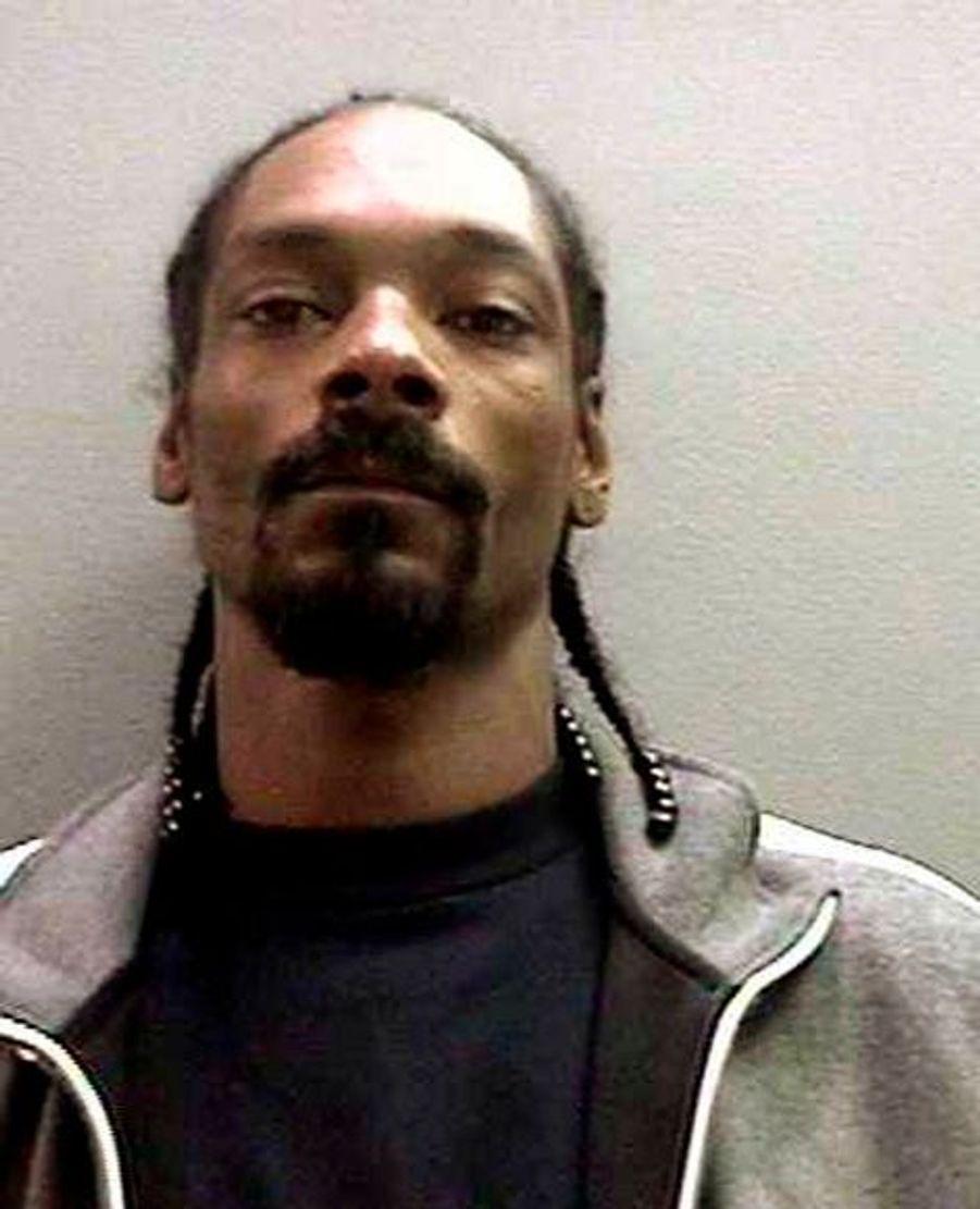 Snoop Dogg, de son vrai nom Calvin Broadus, avait dû se rendre aux autorités en 2006 après qu'un mandat d'arrêt a été publié contre lui. Le rappeur possédait une arme impliquée dans un incident à l'aéroport d'Orange. Snoop Dogg n'avait eu qu'à payer une caution de 150 000 dollars pour sortir.