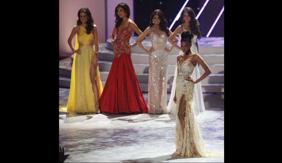 Leila Lopes et les quatre autres finalistes (de gauche à droite) Miss Brésil Priscila Machado, Miss Chine Luo Zilin, Miss Philippines Shamcey Supsup, et Miss Ukraine Olesia Stefanko.