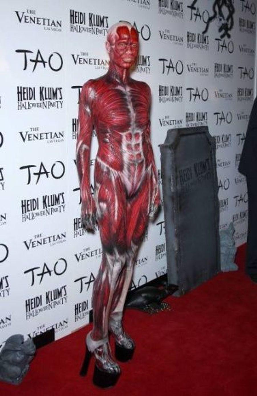 Osant chaque année un costume extravagant pour célébrer Halloween à Las Vegas, Heid Klum a surpris les photographes en arrivant à sa soirée sur un brancard de salle d'autopsie, dans une combinaison de chair.