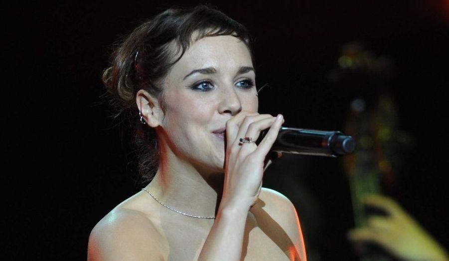 """Voix rocailleuse et style jazzy, Zaz est devenue en quelques mois un phénomène incontournable de la variété française. Chanteuse, puis choriste dans plusieurs groupes, Zaz s'installe à Paris et remporte le concours """"Le Tremplin Génération France Bleu/Réservoir"""" en janvier 2009 à l'Olympia. Sa carrière est lancée. En mai 2010, sort son premier album éponyme, dont le premier extrait """"Je veux"""" a rencontré un franc succès."""