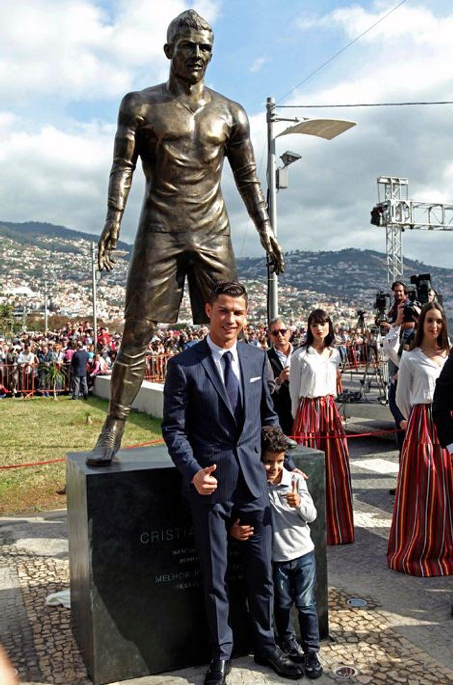 Cristiano Ronaldo avec son fils Cristiano Jr devant sa statue à Funchal, le 21 décembre 2014