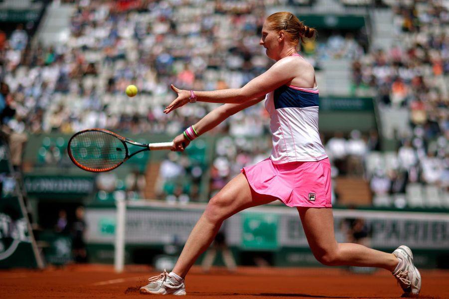 Arrivées au dixième jour du tournoi de Roland-Garros, ces huit joueuses s'apprêtent à s'affronter en quart de finale. Si la numéro 1, Serena Williams va devoir jouer contre l'Italienne Sara Errani, ce sont tout d'abord Elina Svitolina (Ukraine) et Ana Ivanovic (Serbie) qui se rencontrent sur le court Philippe-Chatrier cet après-midi, tandis que la Tchèque Lucie Safarova jouera face à l'Espagnole Garbine Muguruza sur le court Suzanne-Lenglen au même moment. Deux premiers matchs en simultané qui promettent des échanges musclés.Après avoir remporté sa première huitième de finale contre la Roumaine Andreea Mitu, la jeune Belge de 21 ans, Alison Van Uytvanck, va jouer son premier quart de Grand Chelem contre Timea Bacsinszky. Cette rencontre sera également le premier quart de finale pour la jeune Suissesse, 24ème joueuse mondiale au classement WTA.Si côté joueurs, David Goffin et Stanislas Wawrinka s'imposent comme les chouchous du tournoi pour son édition 2015, devant le Français Gilles Simon et le Japonais Kei Nishikori, peut-être Timea et Alison viendront-elles compléter ce palmarès Belgo-suisse. A vous donc de voter pour votre joueuse préférée, que ce soit pour son revers ou sa personnalité.