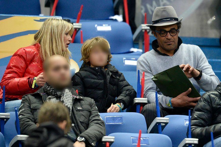 Yannick Noah et Isabelle Camus, avec leur fils Joalukas au Stade de France, le 11 avril 2015