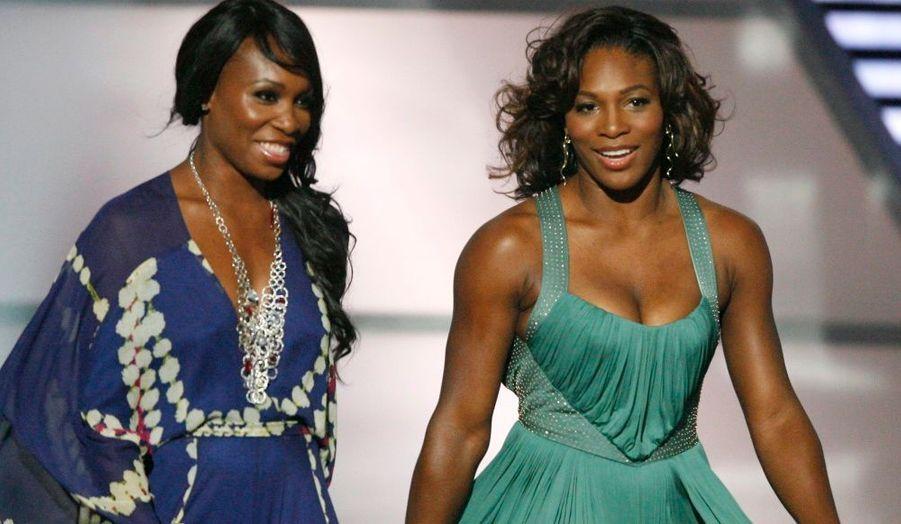 Hier soir à Los Angeles se tenaient les ESPY Awards, qui récompensent chaque année depuis 1993 les meilleures performances sportives de l'année. Les sœurs Williams, Serena et Venus étaient de la partie, plus féminines que jamais. Les deux femmes sont apparues dans tes tenues très glamours. Une longue robe bleue en imprimé blanc et violet pour Vénus et une robe plus courte en version satin pistache (très décolletée) pour Serena.