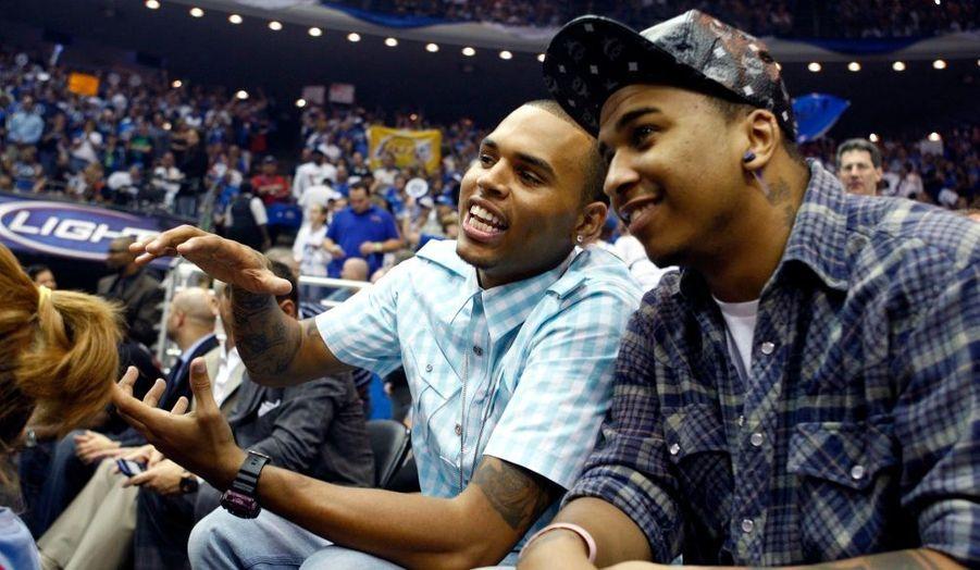 Le chanteur Chris Brown en pleine discussion avec son ami Lil Mijo, un danseur de Krump, lors du match de basketball qui opposait jeudi les Lakers de Los Angeles à Orlando Magic, dominés 99-91 après prolongations. Les Lakers sont à une victoire de leur 15e titre en championnat NBA.