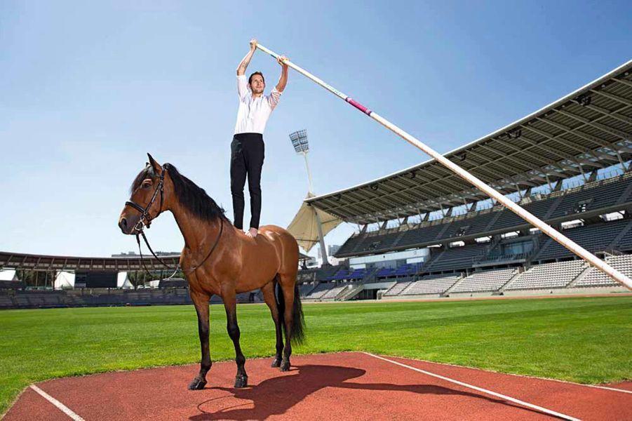 Tout est bon pour arriver au sommet sur la piste du stade Charléty à Paris. Si ce champion olympique saute plus haut que n'importe quel cheval – 6,16mètres, le record du monde –, c'est bien sûr grâce à sa perche… Mais ce n'est pas elle qui aide Renaud Lavillenie à garder l'équilibre sur le dos de Tarento: enfant, le multi-médaillé a fait deux ans de voltige cosaque.